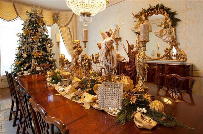 Праздничная столовая с золотыми аксессуарами.