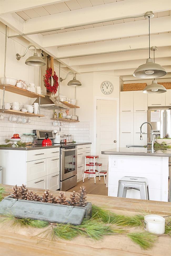 Элегантная кухня, украшенная ветвями ели и шишками.