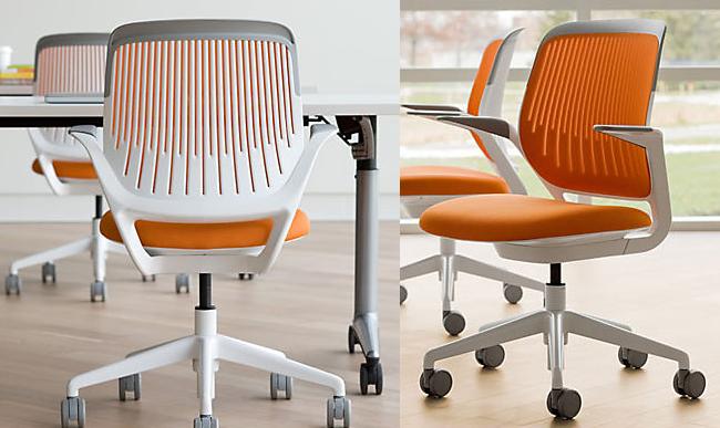 Экологически чистые офисные стулья ярко-оранжевого цвета.