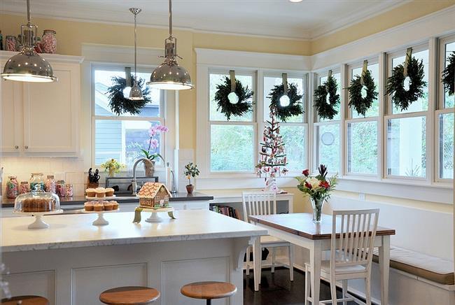 Праздничная кухня с новогодними венками.
