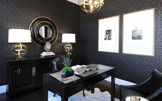 Стильный домашний офис в черных и золотых тонах.