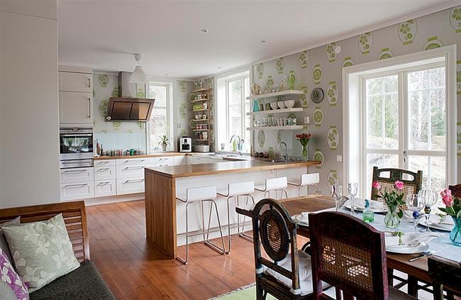 Элегантные обои на стенах кухни, столовой и гостиной.