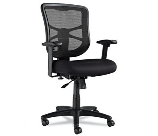Классический черный стул для домашнего офиса из экологически чистых материалов.
