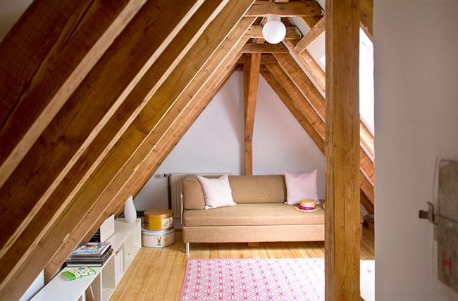 Мини-гостиная на чердаке небольшого городского дома.