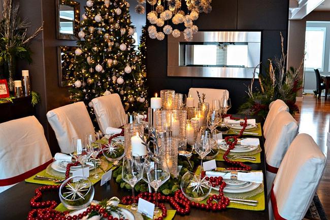 Роскошная столовая с пушистой праздничной елью.