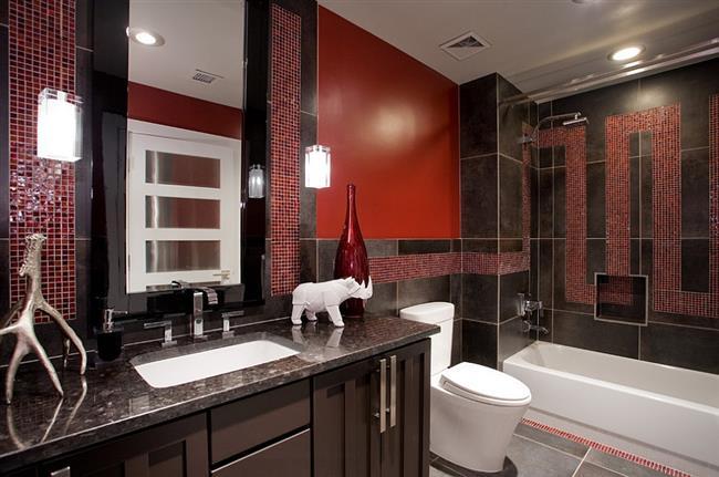 Итальянская ванная комната с красно-черными стенами.