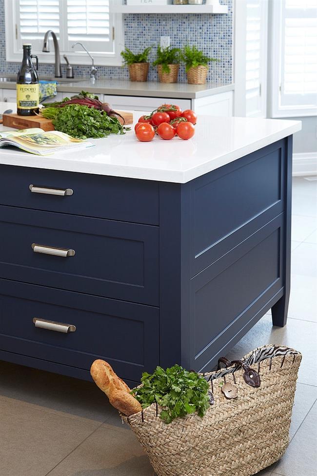 Темно-синий шкаф в современной кухне.