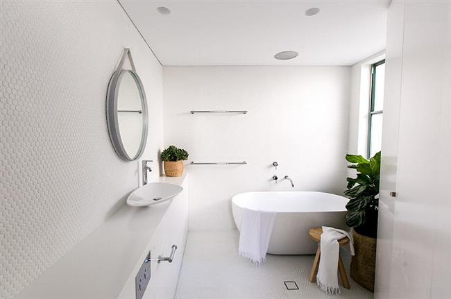 Белая плитка для украшения стен ванной комнаты.