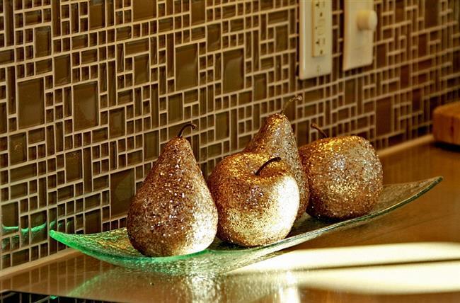Золотые блестящие фрукты в интерьере кухни.