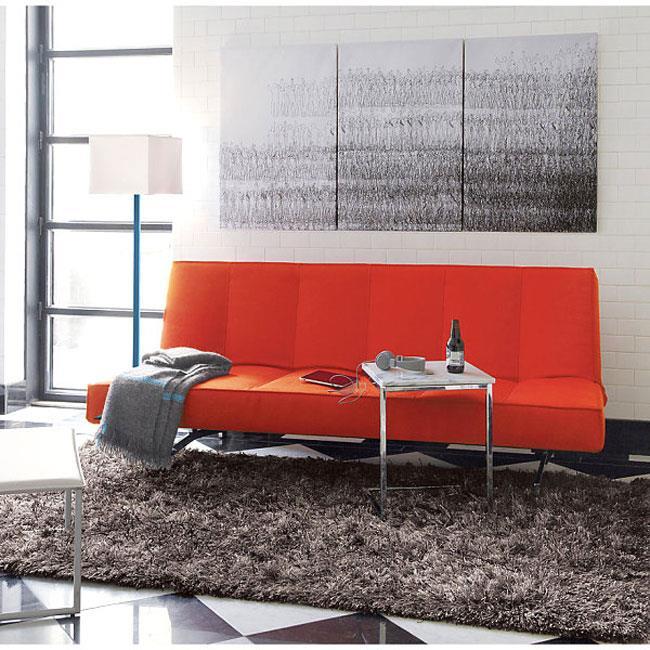 Яркий оранжевый диван в интерьере гостиной.