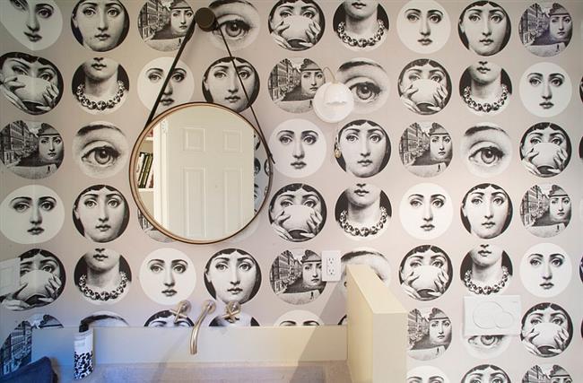 Стильные обои с женским портретом в современной ванной комнате.