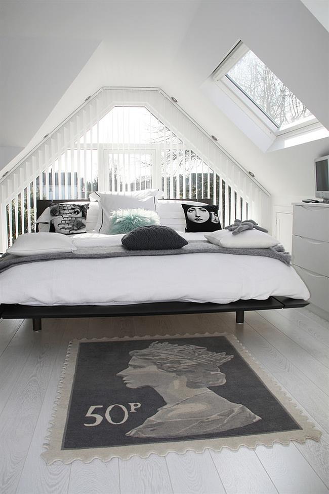 Необычные подушки с лицами в стильной спальне.