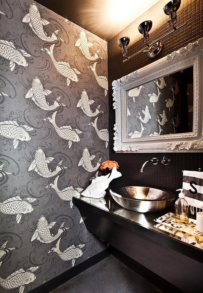 Ванная комната с забавными «рыбными» обоями.