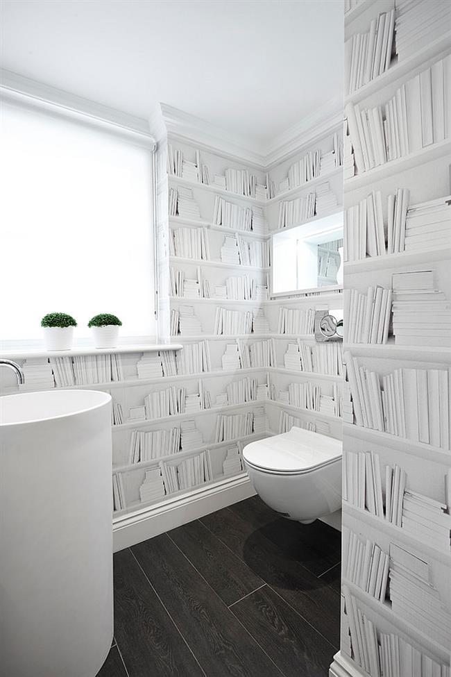 Минималистическая ванная комната в белых тонах с необычными узорчатыми белыми обоями.