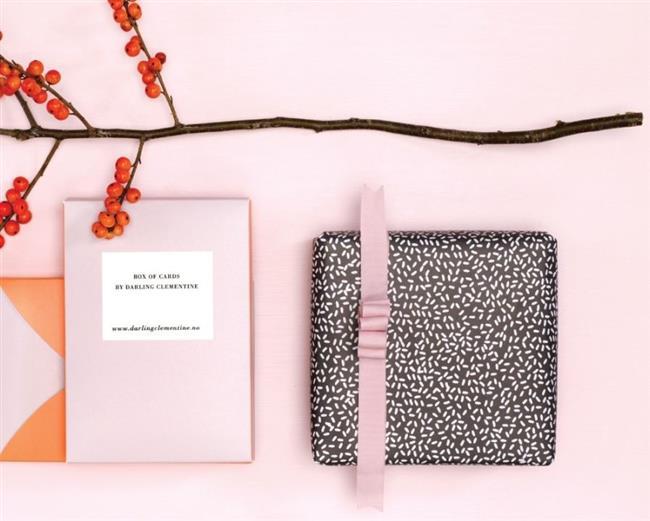 Необычная черно-розовая упаковочная бумага.