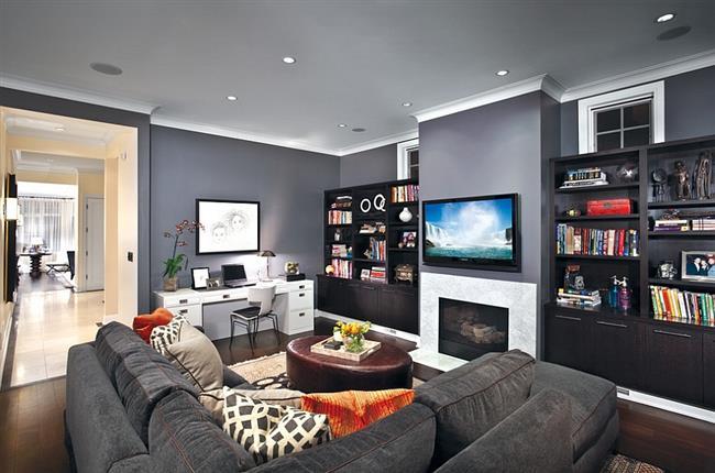 Стильная гостиная с темно-серыми стенами и мебелью.