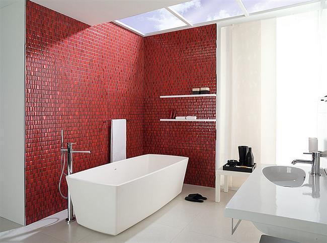 Красная плитка в современной ванной комнате.