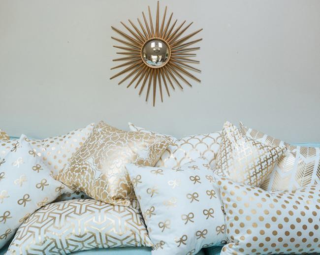 Уютные и стильные мягкие подушки с позолотой.