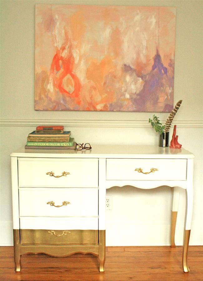 Шкаф в ретро-стиле с позолотой в интерьере стильной гостиной.