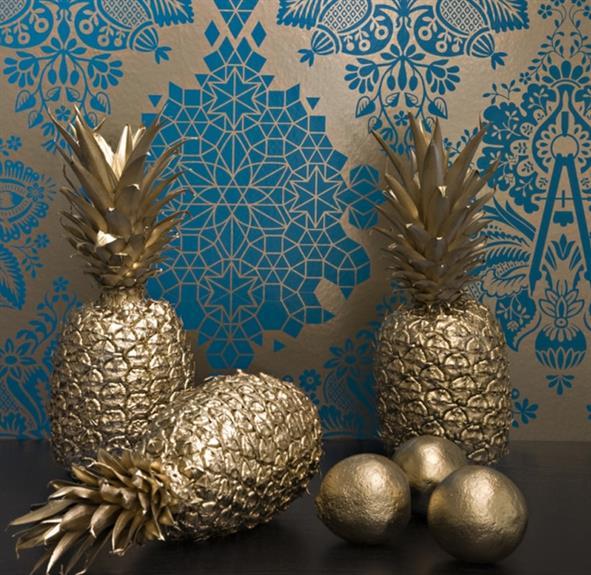 Стильные обои и необычные золотые фрукты для гостиной.