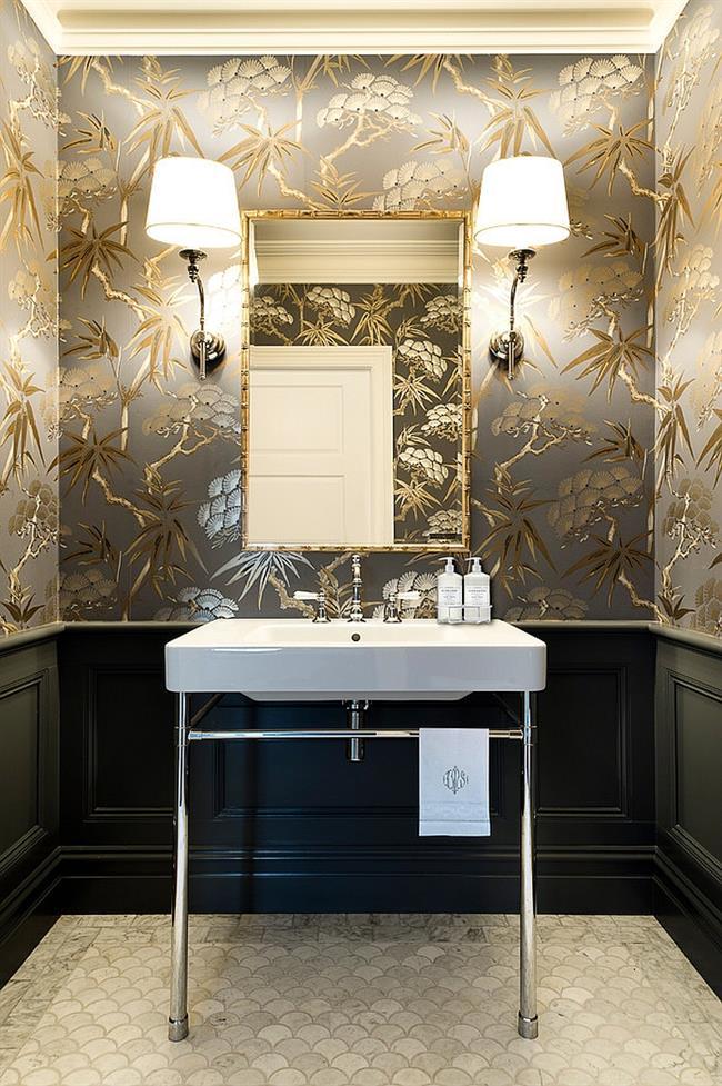 Стильные обои с золотистыми рисунками в небольшой ванной.