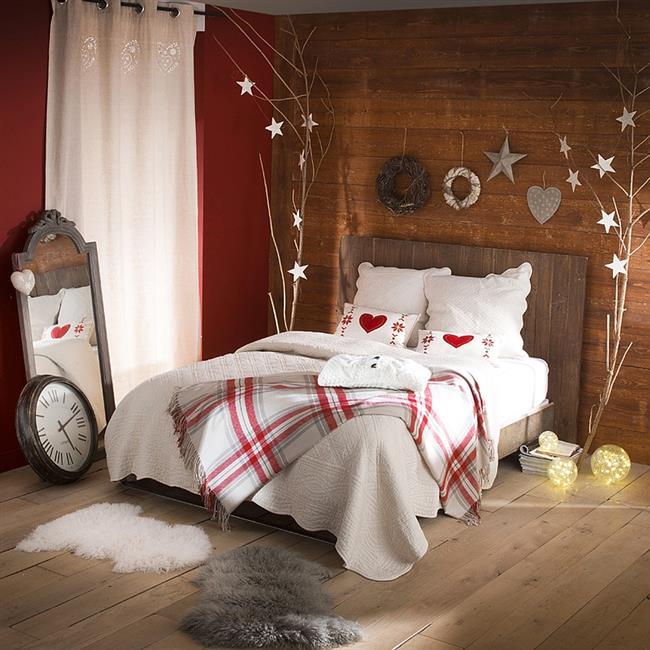 Комфортная праздничная спальня в деревенском стиле.