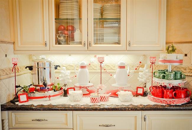 Стильная фарфоровая посуда красных и зеленых цветов.