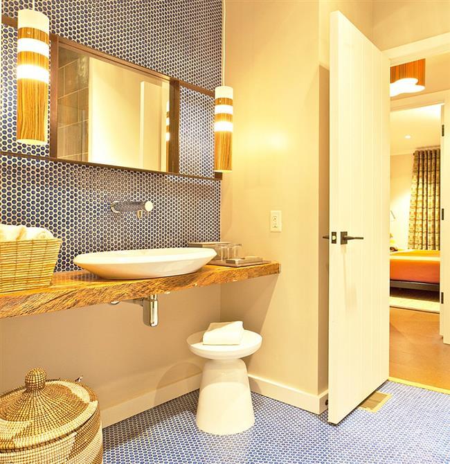 Ванная комната с круглой мозаикой на стенах и на полу.