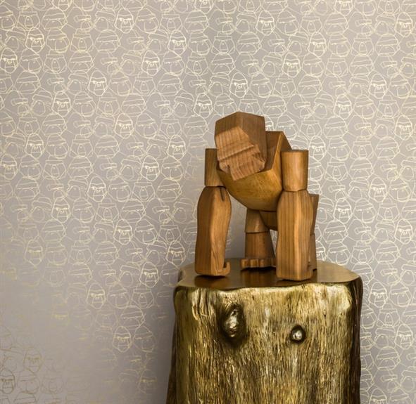 Деревянная статуэтка с позолоченным постаментом.