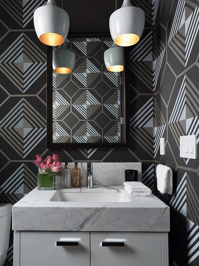 Ванная комната с узорчатыми виниловыми обоями.