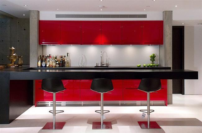 Стильная кухня в красных, белых и черных тонах с барной стойкой.