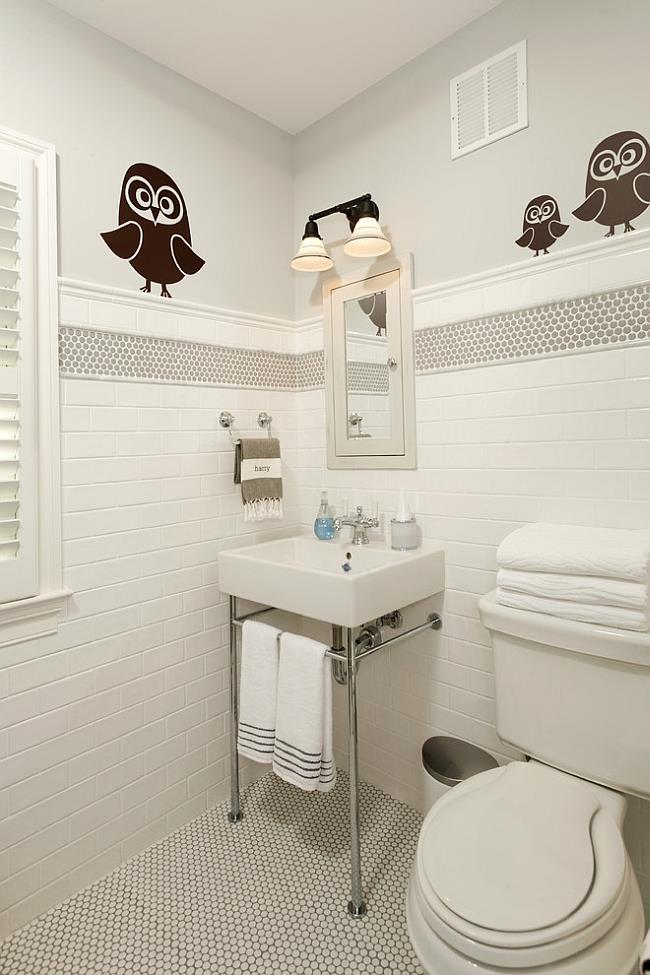 Белая и серая круглая мозаика на полу, и стенах ванной.