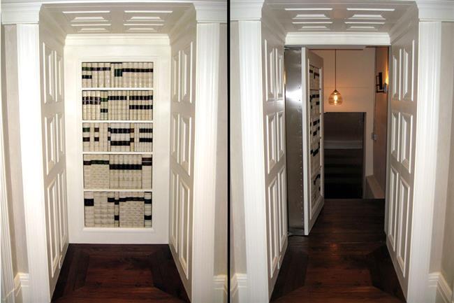 Книжный шкаф с секретной дверью, ведущей в тайную библиотеку дома.