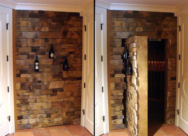 Каменная стена гостиной, ведущая в потайной винный погреб дома.