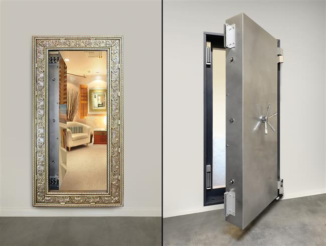 Секретный сейф частного дома, скрытый за настенным зеркалом.
