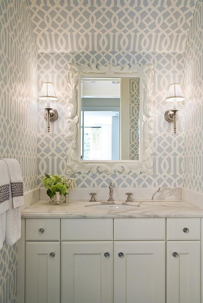 Элегантная ванная комната с узорчатыми бело-голубыми обоями.