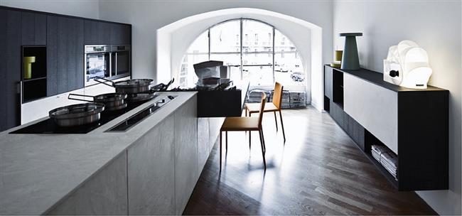 Кухня в минималистическом стиле с дизайнерской мебелью.