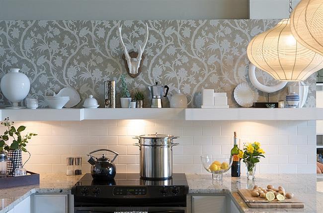 Белая плитка и узорчатые обои на стенах кухни.