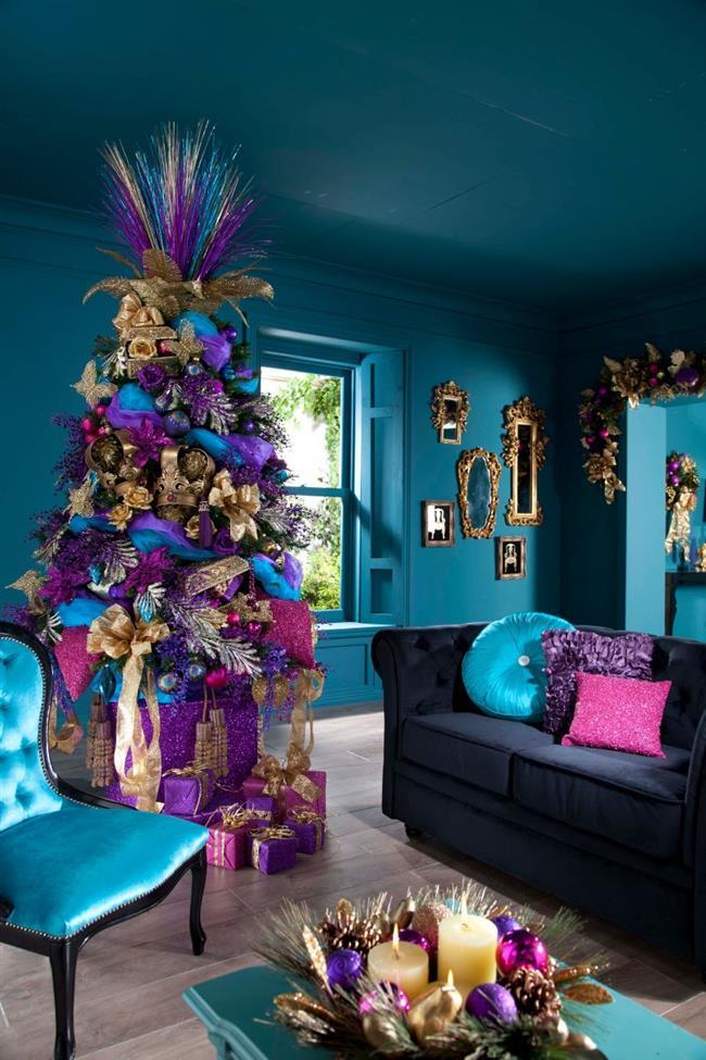Необычная разноцветная елка в интерьере стильной гостиной.