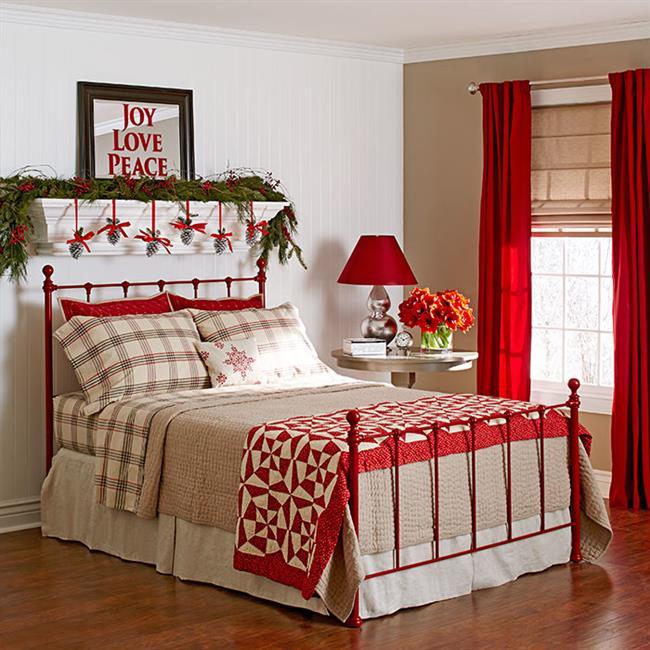 Элегантная новогодняя спальня в красных и зеленых цветах.