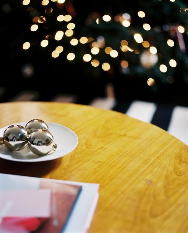 Серебристые новогодние шары для украшения  стола.