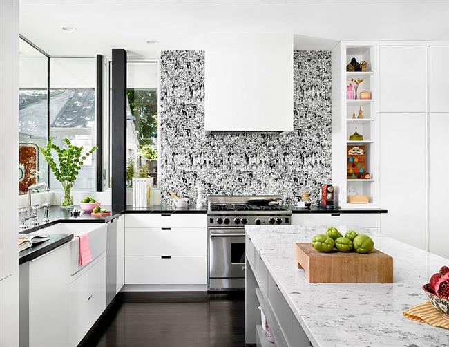 Стильные черно-белые обои в современной кухне.