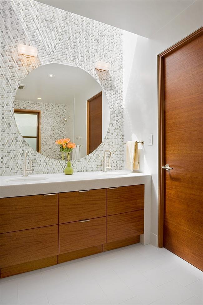 Серая круглая мозаика на стене ванной комнаты в современном стиле.