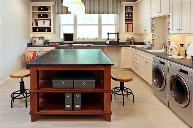 Прачечная, объединенная с кухонной зоной и домашним кабинетом.