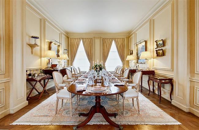 Элегантная столовая с желтыми стенами.