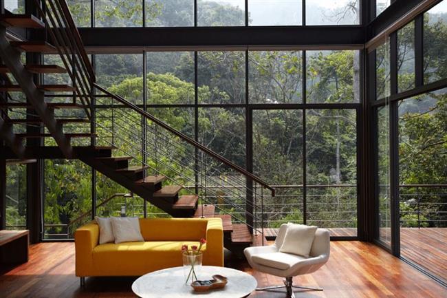 Просторная гостиная с видом на лес.