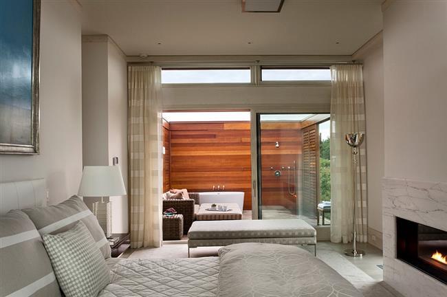 Открытая ванная комната, соединенная со спальней.