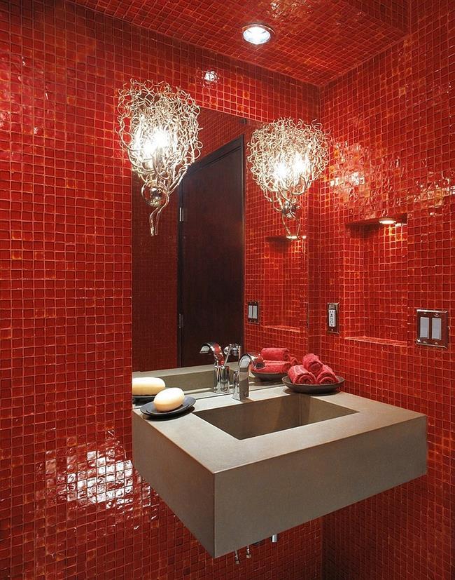 Красная ванная с необычными светильниками.