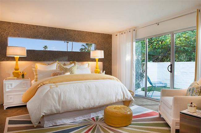 Стильные малахитовые обои нейтральных тонов в интерьере спальни.
