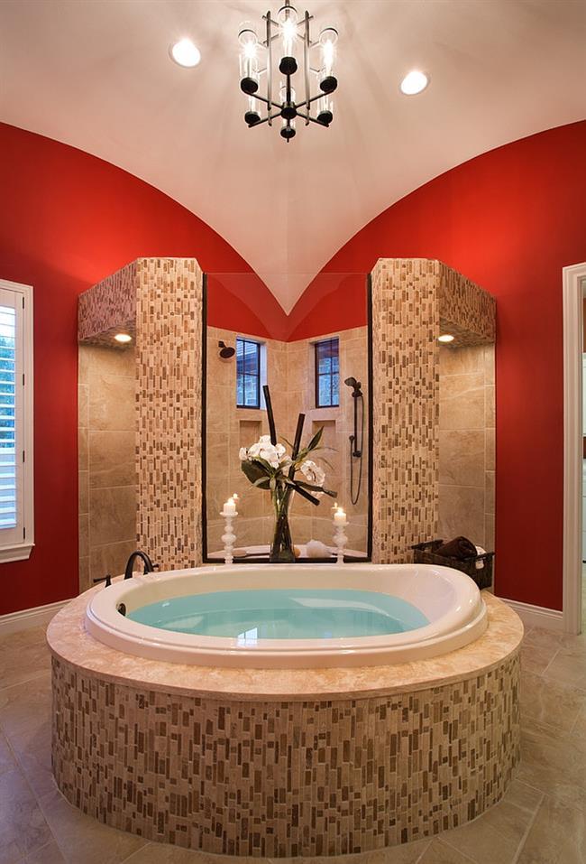 Роскошная ванная комната с красными стенами.